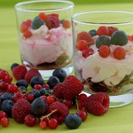 Schoko-Crunchy Schichtdessert mit Frischkäse und Beeren