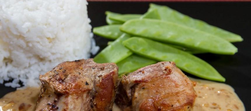 Schweinemedaillons in scharfer Erdnuss-Kokos-Sauce mit Basmatireis und Zuckerschoten