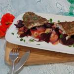 Feiner Rotbarsch im Mohnmantel auf Rote Bete-Kartoffel-Gemüse