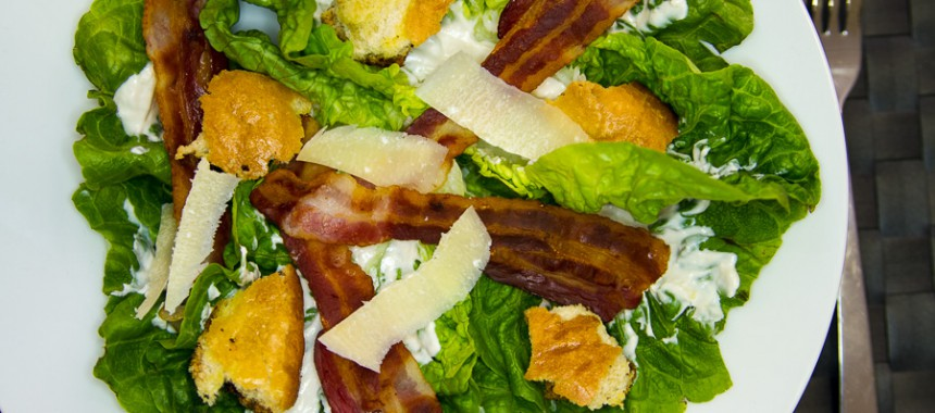 Caesar Salad mit frischen Croûtons, Parmesan und knusprigem Speck