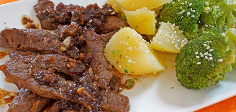 Teriyaki-Rindersteakstreifen mit Brokkoli und Sesam-Kartoffeln