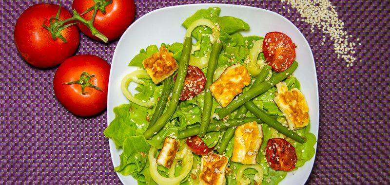Eichblattsalat mit Halloumi, grünen Bohnen und karamellisierter Vinaigrette