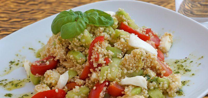 Quinoa-Salat mit Gurke, Tomate, Ziegenfrischkäse und Basilikum-Limetten-Dressing