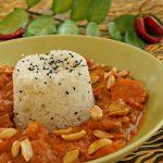 Nigerianischer Erdnusstopf mit Schweinefleisch, Banane und Sesamreis