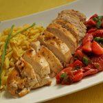 Hähnchen mit Erdbeer-Chutney, Frühlingszwiebeln und Pastasotto