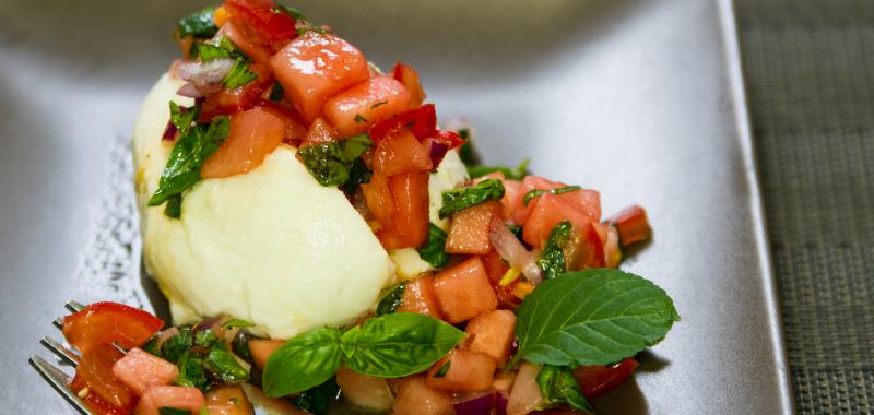 Büffelmozzarella mit fruchtiger Wassermelonen-Tomaten-Salsa