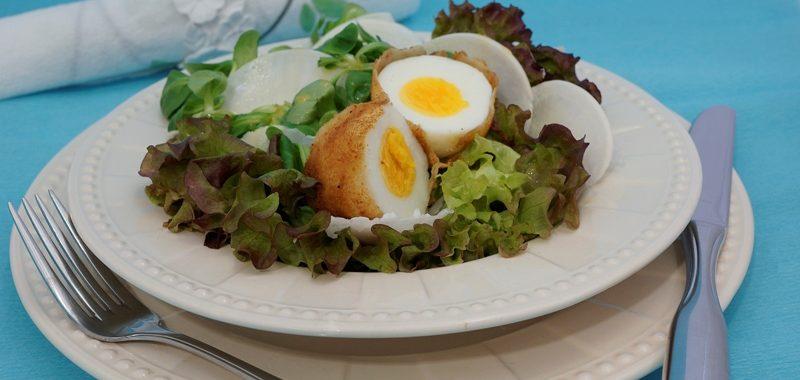 Gebackenes Ei und Mairübchen auf Salatbett mit Honig-Senf-Dressing