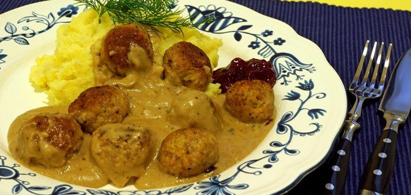 Köttbullar mit Preiselbeersauce und Kartoffel- Sellerie-Püree