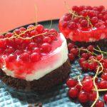 Johannisbeer-Cheesecake mit Schoko-Knusperboden