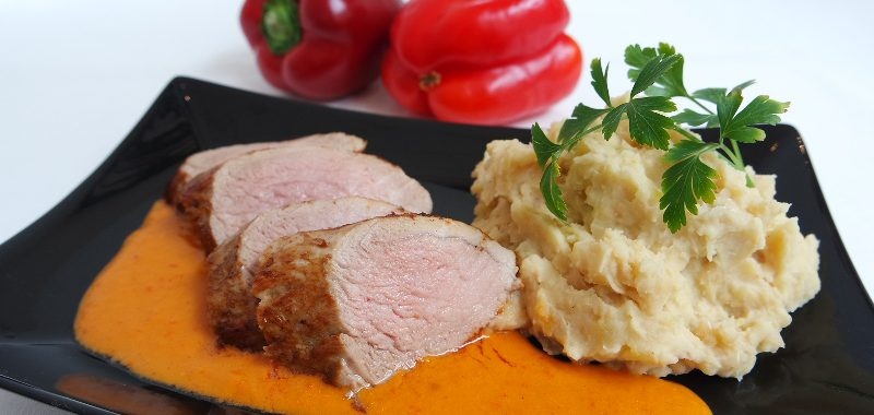Schweinefilet mit Paprikasauce an Weiße-Bohnen-Stampf