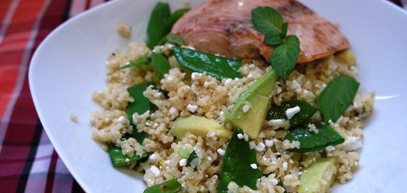 Wildlachs auf grünem Bulgur-Salat mit Avocado und Hüttenkäse