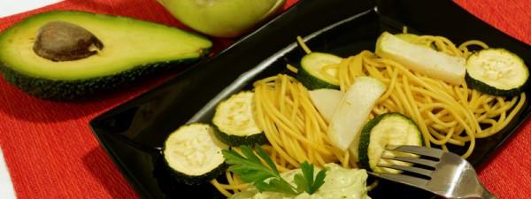 Mais-Spaghetti mit Avocado-Sesamcreme